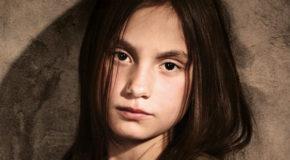 Tα κορίτσια πίσω από τη χαραμάδα – της Βάσως Ζαφειροπούλου | Η προσέγγιση της Άννης Παπαθεοδώρου για το βιβλίο