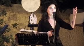 «Ας θυμηθούμε χωρίς νοσταλγία» • Μια μοναδική μουσική παράσταση στη σκιά του βράχου της Ακρόπολης από τη Μάνια Παπαδημητρίου