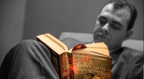 Ο δημοσιογράφος Κυριάκος Κουζούμης μας μιλάει για το μυθιστόρημα του «Το τελευταίο χειροκρότημα», που κυκλοφορεί από τις εκδόσεις Ωκεανός